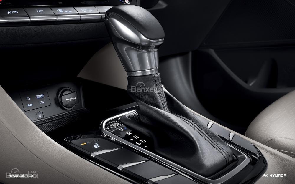 Đánh giá xe Hyundai Ioniq Hybrid 2017: Khu vực điều khiển trung tâm a2