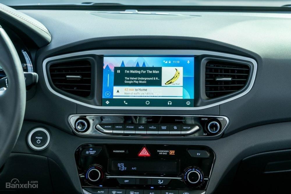 Đánh giá xe Hyundai Ioniq Hybrid 2017: Khu vực điều khiển trung tâm a1