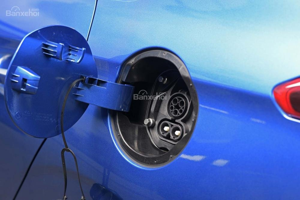 Đánh giá xe Hyundai Ioniq Hybrid 2017: Vị trí tiếp nhiên liệu.