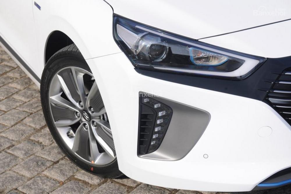 Đánh giá xe Hyundai Ioniq Hybrid 2017: Hệ thống đèn phía trước.