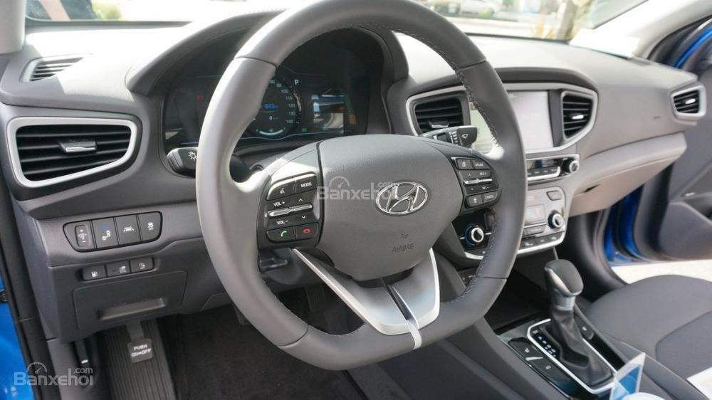 Đánh giá xe Hyundai Ioniq Hybrid 2017: Vô-lăng 3 chấu tích hợp các nút điều khiển chức năng a1