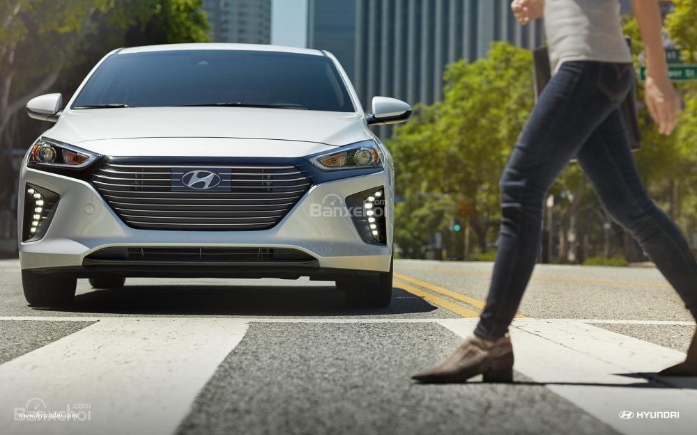 Đánh giá xe Hyundai Ioniq Hybrid 2017: Cụm lưới tản nhiệt quen thuộc nhà Hyundai.