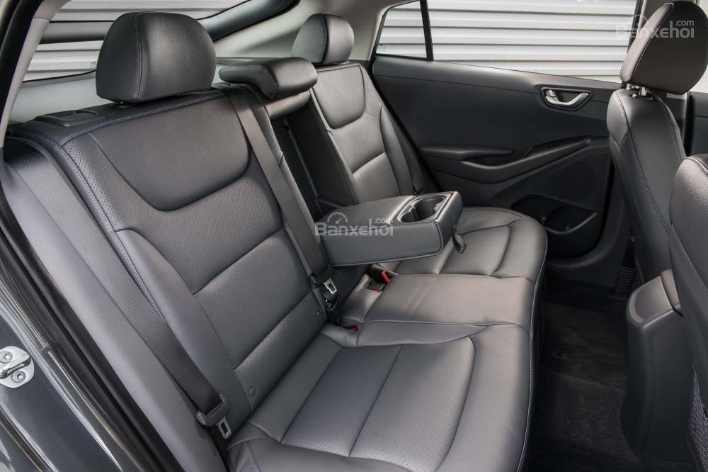 Đánh giá xe Hyundai Ioniq Hybrid 2017: Hàng ghế sau có thể gập linh hoạt.