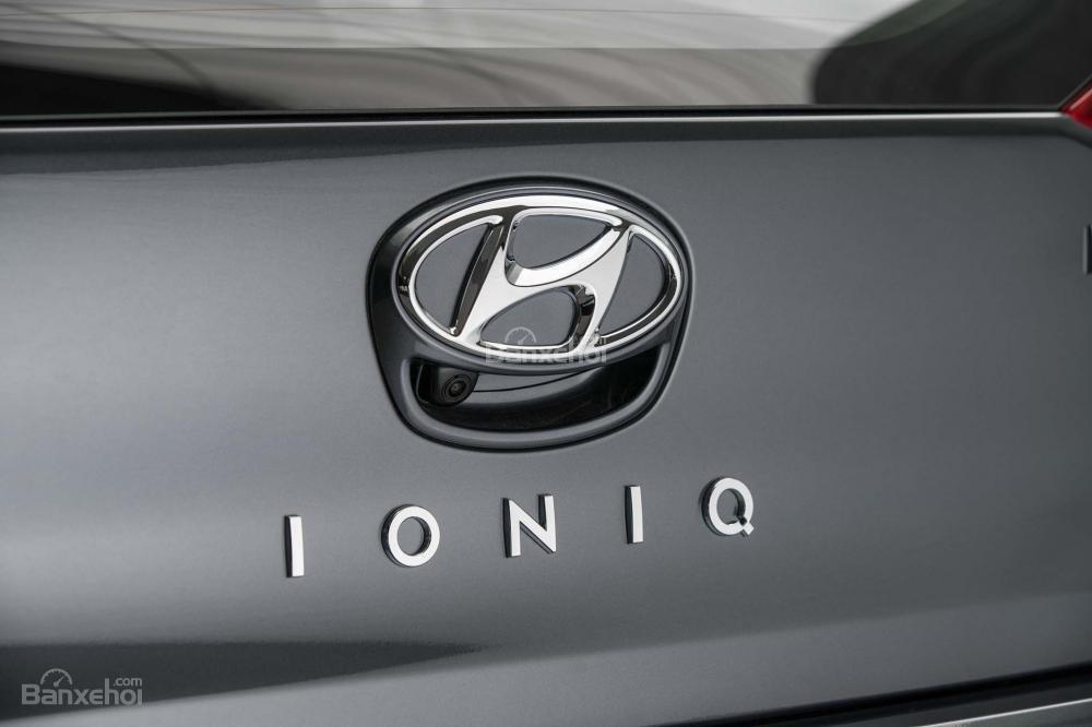 Đánh giá xe Hyundai Ioniq Hybrid 2017: Logo thương hiệu nổi bật ở vị trí trung tâm.
