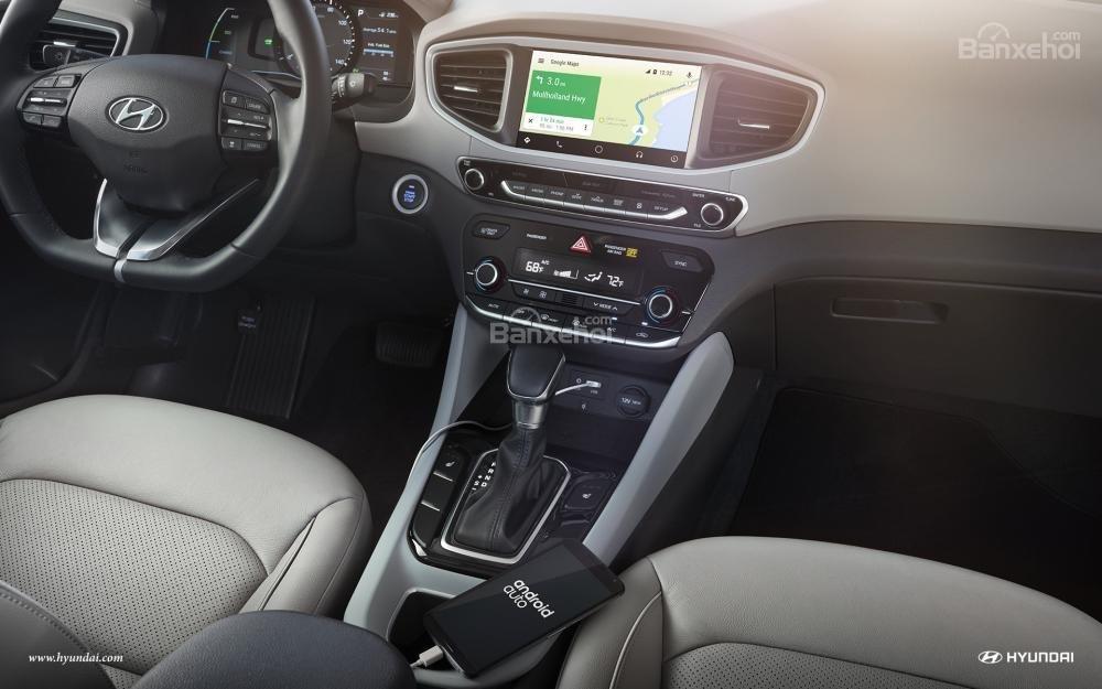 Hyundai Ioniq 2017 sở hữu màn hình thông tin giải trí 7 inch.