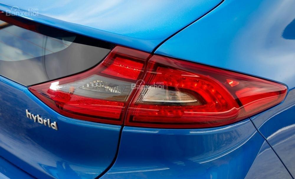 Đánh giá xe Hyundai Ioniq Hybrid 2017: Đèn hậu vuốt nhọn tạo sự liền mạch với đuôi gió cốp xe.