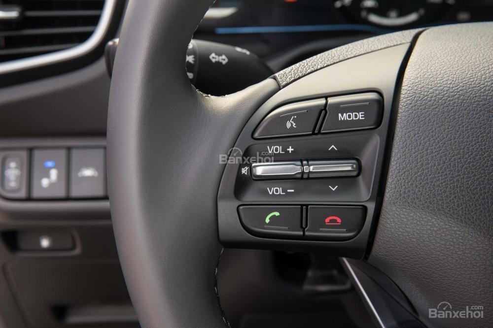 Đánh giá xe Hyundai Ioniq Hybrid 2017: Vô-lăng 3 chấu tích hợp các nút điều khiển chức năng a2