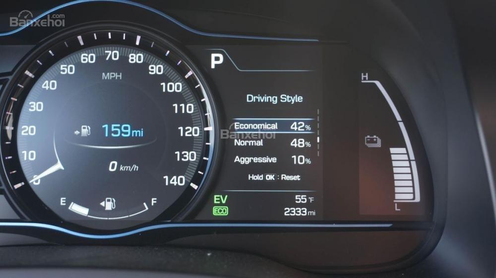 Đánh giá xe Hyundai Ioniq Hybrid 2017: Bbảng đồng hồ kỹ thuật số hiện đại a2