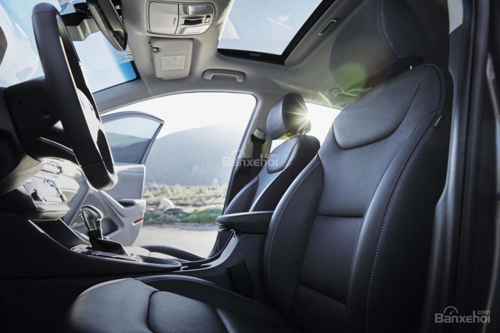 Đánh giá xe Hyundai Ioniq Hybrid 2017: Ghế trước hơi thấp nhưng rộng rãi.