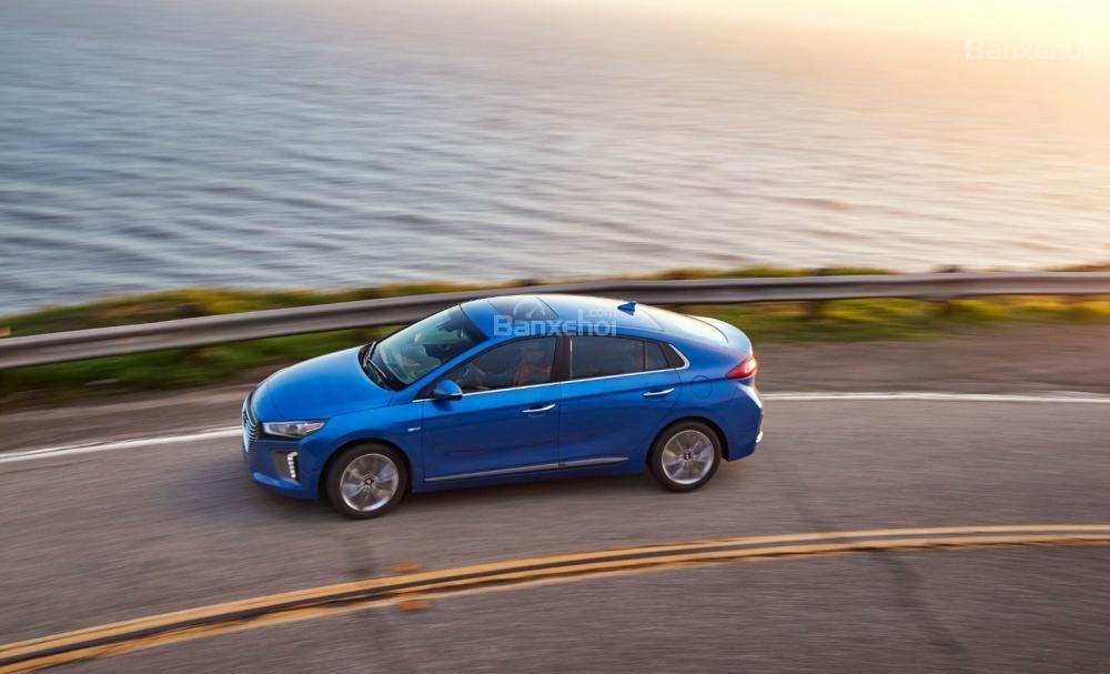 Hyundai Ioniq Hybrid 2017 có mức tiêu thụ nhiên liệu ấn tượng vượt qua cả Prius Eco 2017.