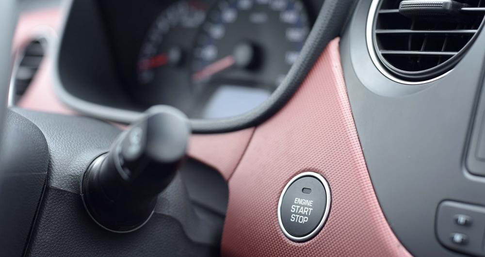 Mức chênh lệch 30 triệu đồng của Hyundai Grand i10 2017 thể hiện rõ ràng trong loạt trang bị tiện nghi hơn.