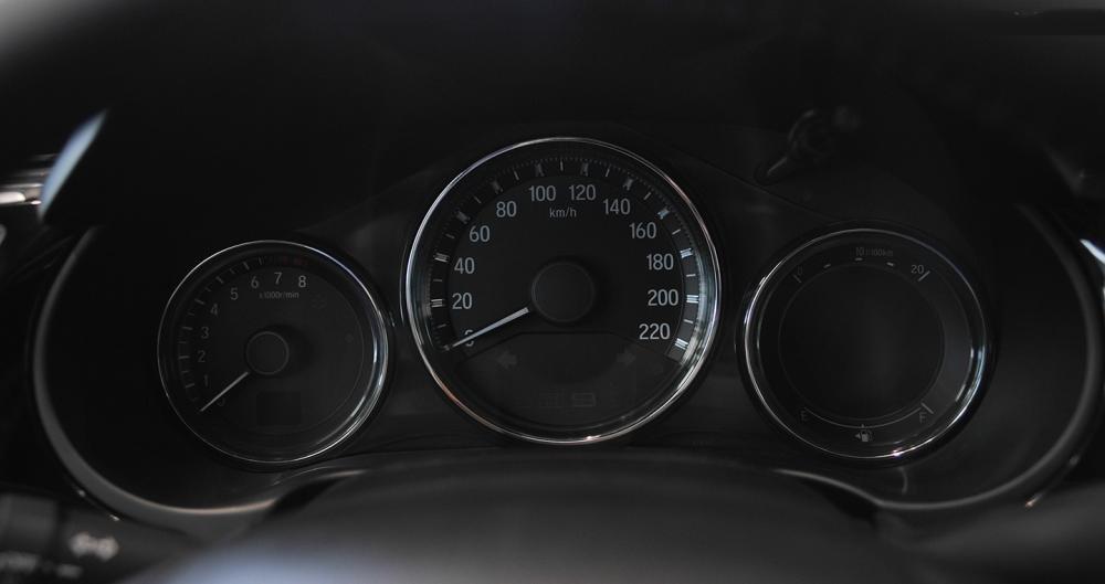 So sánh xe Honda City 2017 và Toyota Vios 2017 về cụm đồng hồ.
