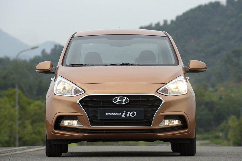 So sánh xe Hyundai Grand i10 2017 và Kia Morning 2017 về đầu xe.