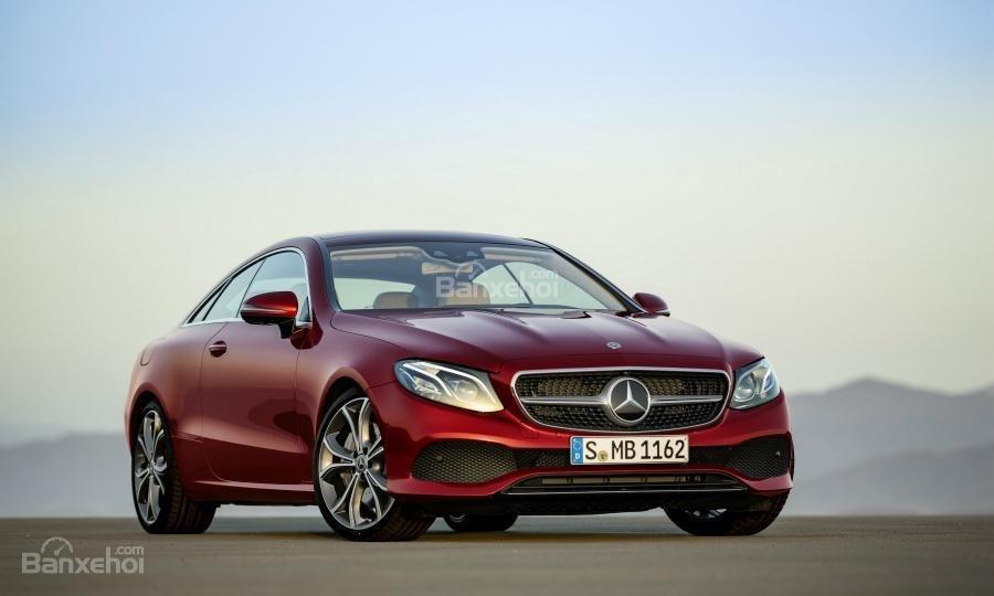 Mercedes mở rộng khoảng cách doanh số với BMW nhờ E-Class và các mẫu SUV.