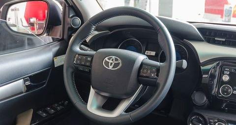 Đánh giá xe Toyota Hilux 2017: Vô-lăng 3 chấu kết hợp nhiều nút điều khiển c25