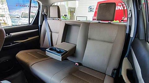 Đánh giá xe Toyota Hilux 2017: Ghế sau rộng rãi cho 3 người lớn g20