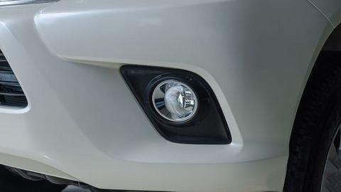 Đánh giá xe Toyota Hilux 2017: Đèn sương mù ốp nhựa tối màu tương phản e6