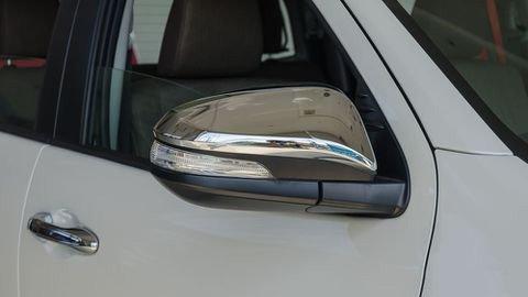 Đánh giá xe Toyota Hilux 2017: Gương chiếu hậu mạ crom chỉnh điện hiện đại l9