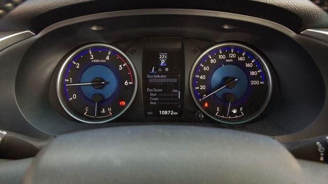 Đánh giá xe Toyota Hilux 2017: Cụm đồng hồ thông số sau vô-lăng màu mới t26
