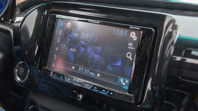 Đánh giá xe Toyota Hilux 2017: Màn hình với bản cao cấp nhất v24
