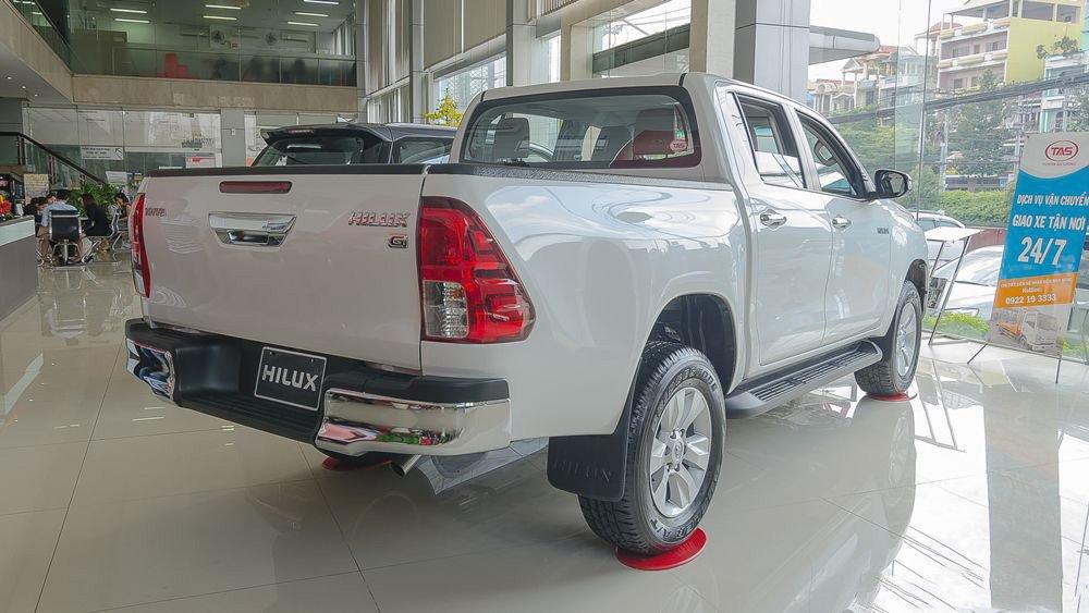 Đánh giá xe Toyota Hilux 2017: Đuôi xe vuông vức và gọn gàng 11 j11