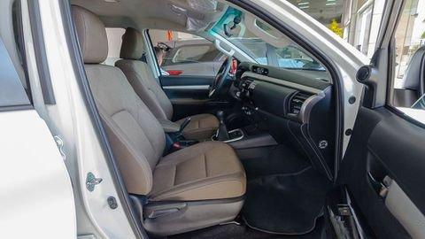 Đánh giá xe Toyota Hilux 2017: Ghế lái chỉnh điện 8 hướng 19a