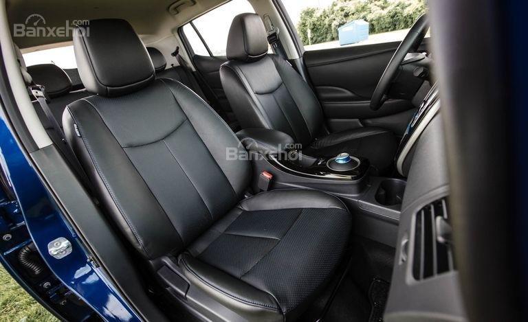 Đánh giá xe Nissan Leaf 2017: hàng ghế trước của xe.