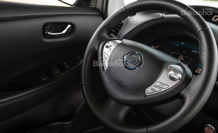 Đánh giá xe Nissan Leaf 2017: Vô lăng xe.
