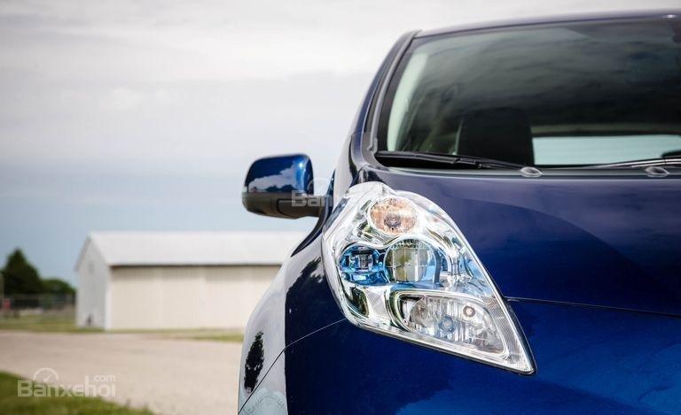 Đánh giá xe Nissan Leaf 2017: Đèn pha dạng lồi.