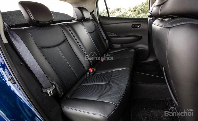 Đánh giá xe Nissan Leaf 2017: hàng ghế sau của xe.