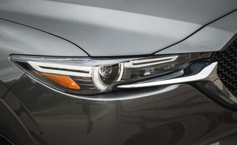 Đánh giá xe Mazda CX-5 2018: Đèn pha xe thiết kế trẻ trung d4