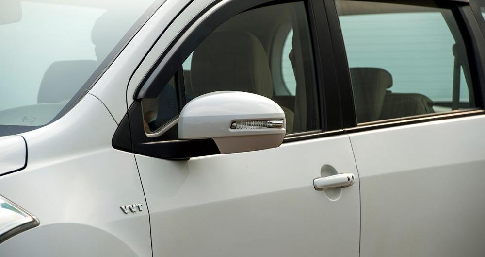 Đánh giá xe Suzuki Ertiga 2017: Gương chiếu hậu gập điện tích hợp đèn báo rẽ.
