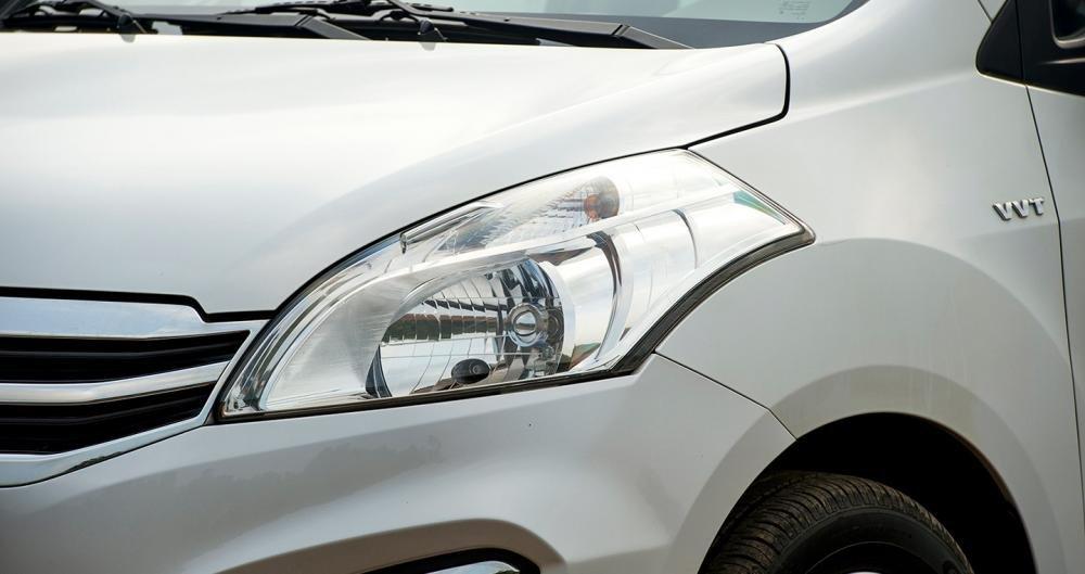 Đánh giá xe Suzuki Ertiga 2017: Đèn pha thuôn mượt, kéo dài về phía sau.