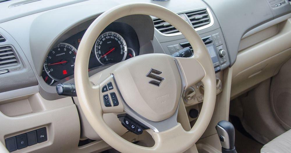 Đánh giá xe Suzuki Ertiga 2017: Vô-lăng tích hợp các nút bấm tiện ích không bọc da.