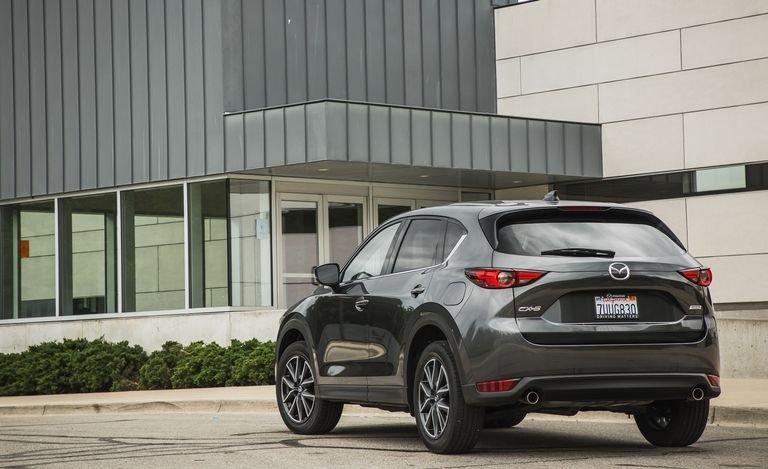 Đánh giá xe Mazda CX-5 2018: Đuôi xe khá đồng nhất với thiết kế tổng thể a111