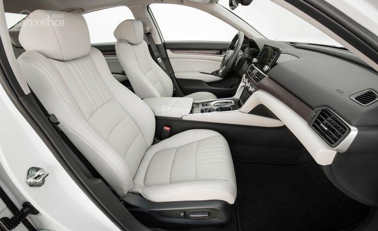 Đánh giá xe Honda Accord 2018: Hàng ghế trước xe.