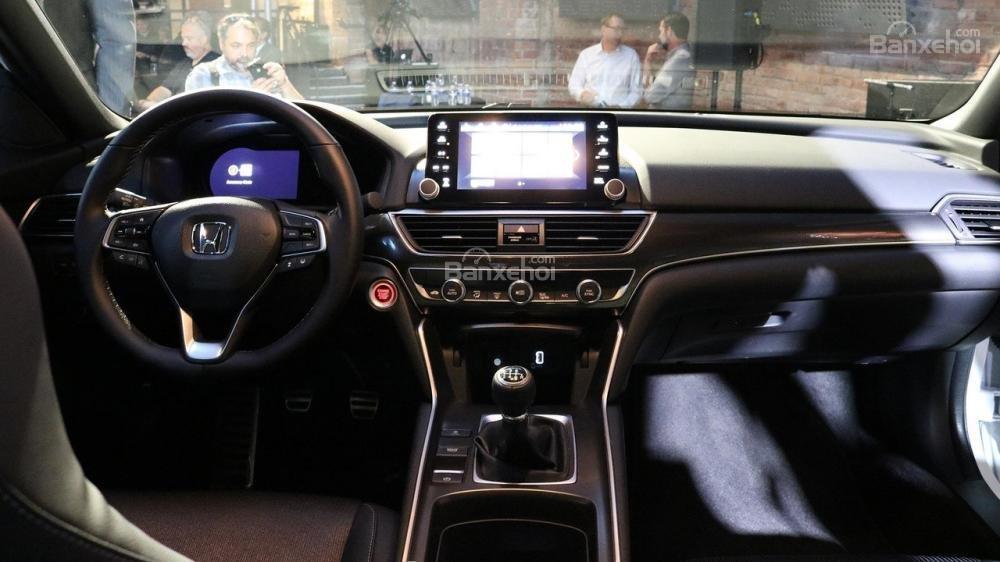 Đánh giá xe Honda Accord 2018: Nội thất của xe được tân trang.
