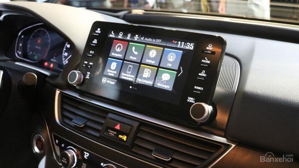 Đánh giá xe Honda Accord 2018: Xe được trang bị nhiều tiện nghi.