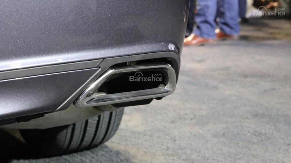 Đánh giá xe Honda Accord 2018: Ống xả đơn nằm ở rìa ngoài 2 phía đuôi xe.