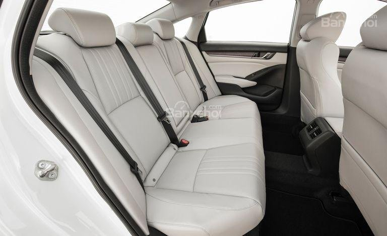 Đánh giá xe Honda Accord 2018: Hàng ghế sau của xe.
