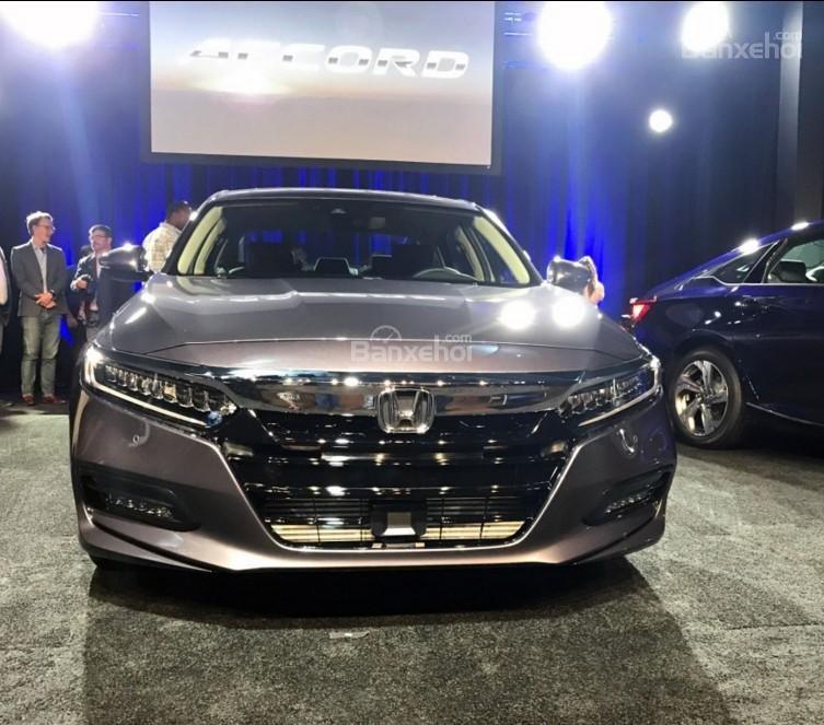 Đánh giá xe Honda Accord 2018: Đầu xe với lưới tản nhiệt mới.