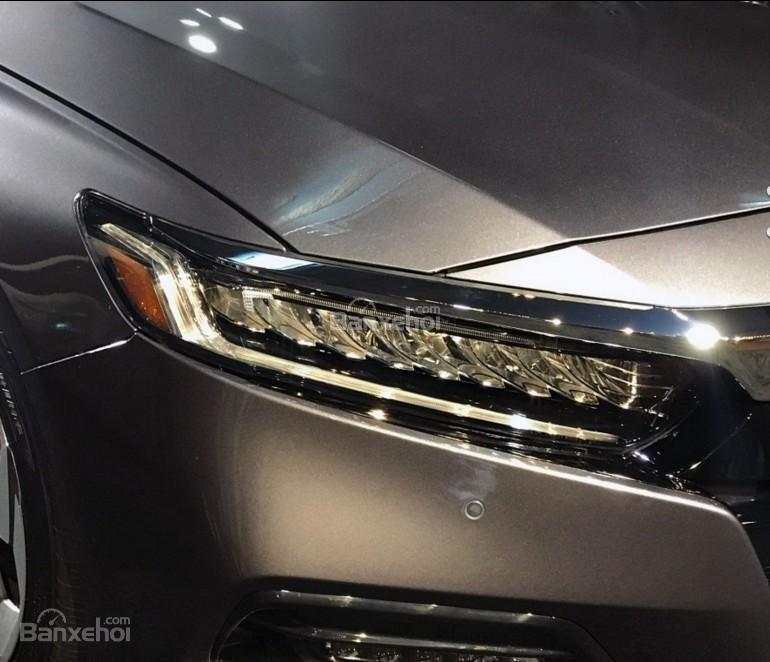 Đánh giá xe Honda Accord 2018: Đèn pha tích hợp LED.