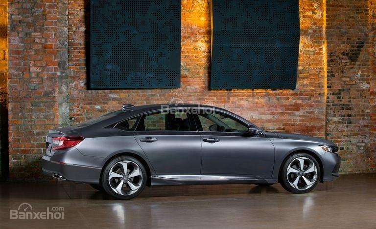 Đánh giá xe Honda Accord 2018: Thân xe với các đường nét uốn lượn.
