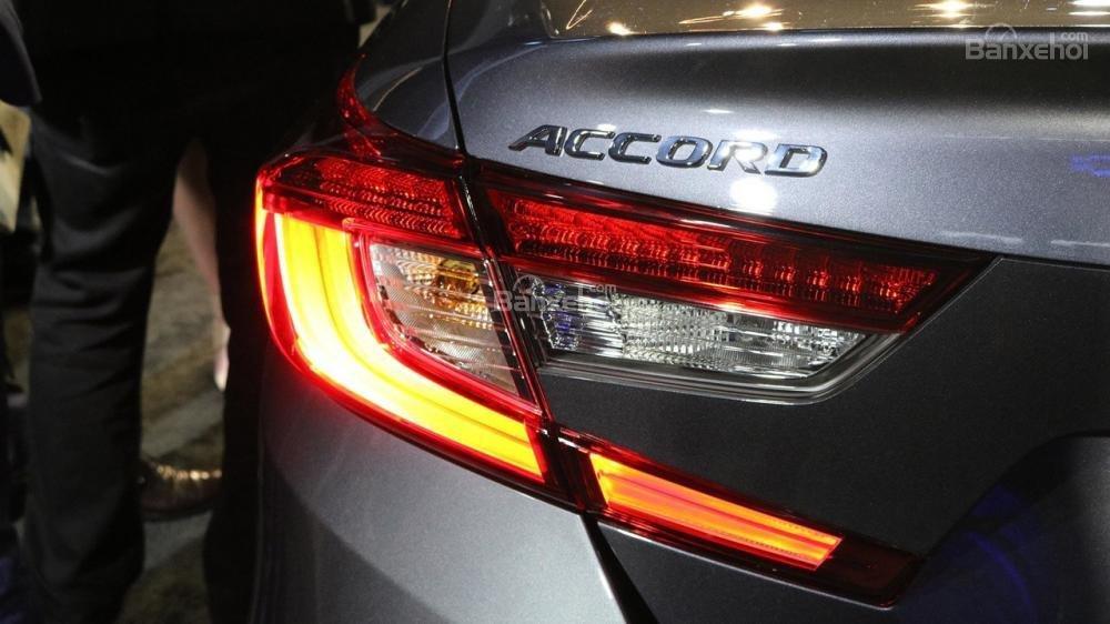 Đánh giá xe Honda Accord 2018: Thiết kế đèn hậu với phong cách 3D.