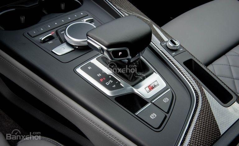 Đánh giá xe Audi S4 2018: Cần gạt số.