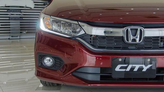Đánh giá xe Honda City 2017-2018: Đầu xe sử dụng nhiều thanh mạ crom sáng bóng a6