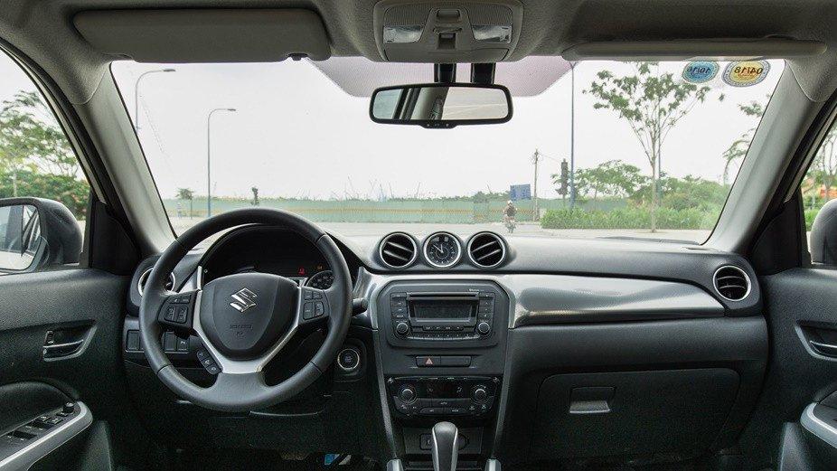 So sánh Chevrolet Trax 2017 và Suzuki Vitara 2016 về nội thất: Xe công nghệ và xe gia đình.