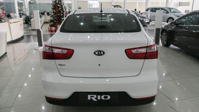 Đánh giá xe Kia Rio 2017: Đuôi xe khác nhau ở 2 bản hatchback và sedan a16