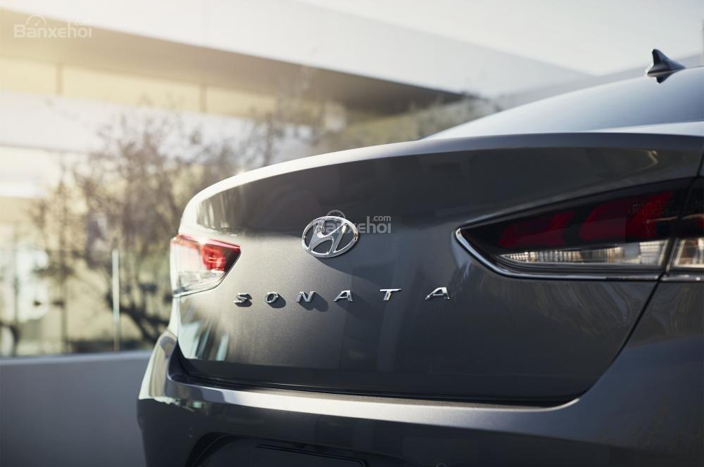 Đánh giá xe Hyundai Sonata 2018: Logo phía đuôi xe.