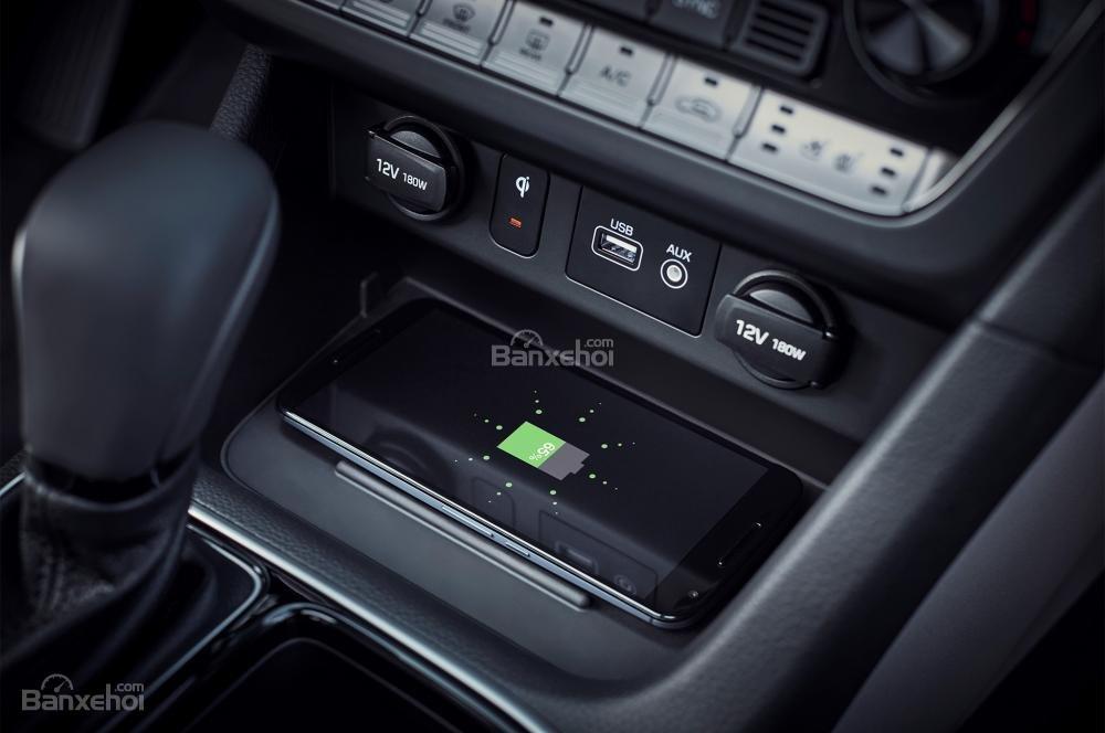 Đánh giá xe Hyundai Sonata 2018: Sạc điện thoại.
